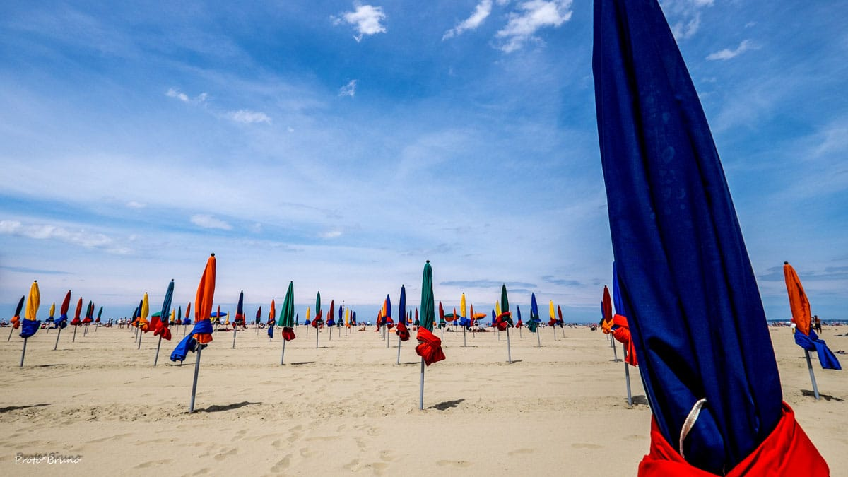 Photo de la plage de Deauville et ses parasols colorés